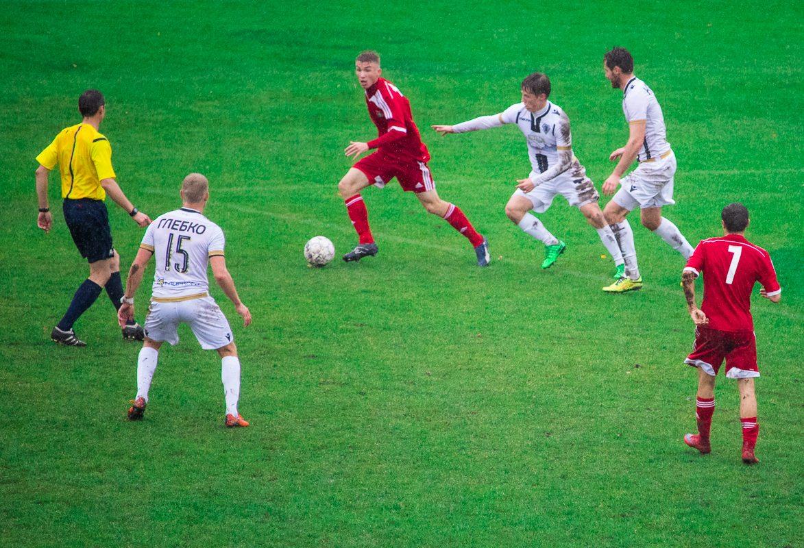 Илья Василевич (с мячом) в атаке.
