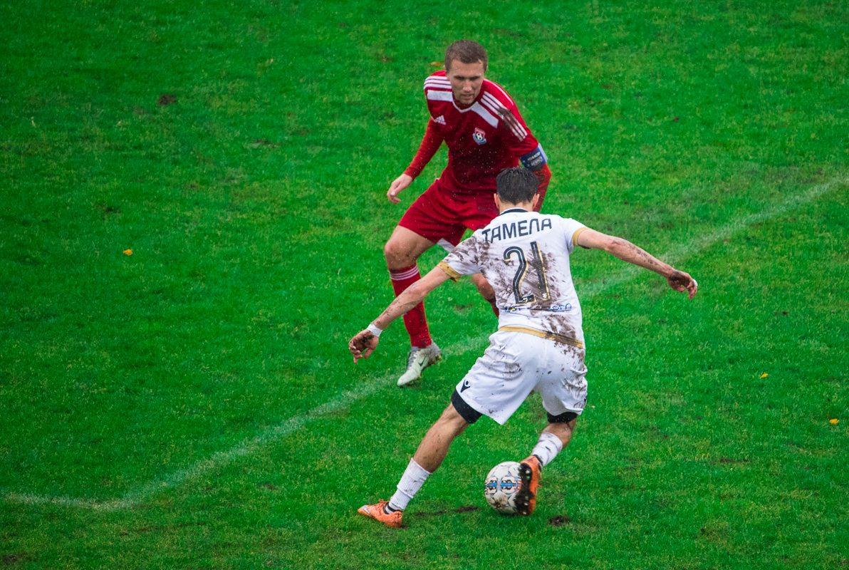 Дмитрий Тамело пытается обыграть Дениса Домашевича.