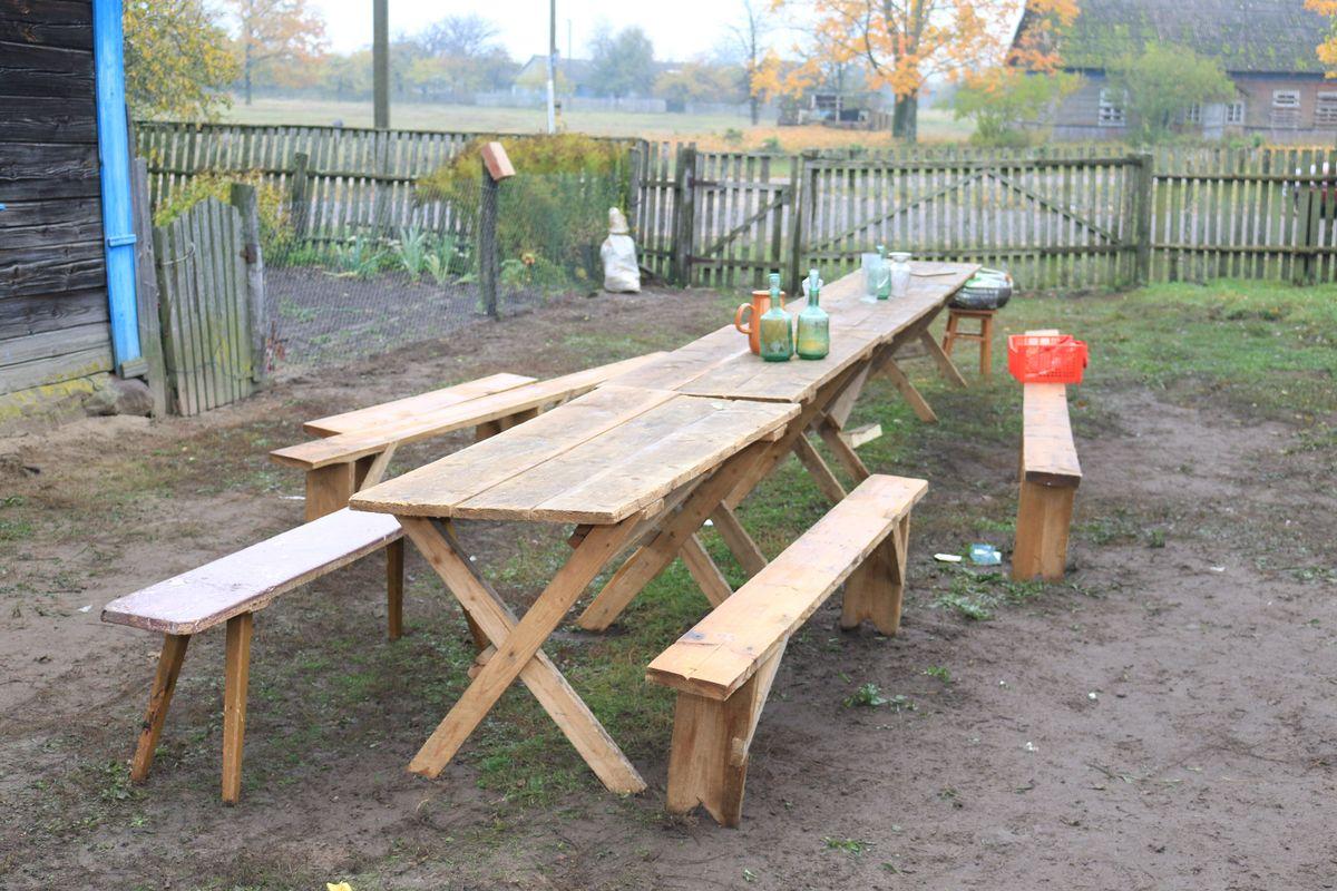 После завершения съемок во дворе пенсионерки Марии Иосифовны Денищик остались лавки, столы и кувшины.