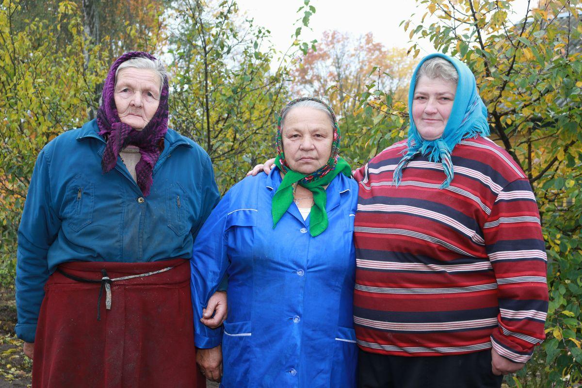 Во дворе Марии Иосифовны (слева) проходили съемки фильма, Анна Владимировна (в центре) снималась в массовке, а Людмила помогала готовить бутерброды для съемочной группы.