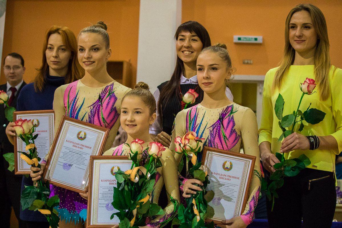 Софья Бельмач, Ангелина Тюха, Софья Немарская с призами. Слева во втором ряду Виктория Цыганчук – тренер победительниц.