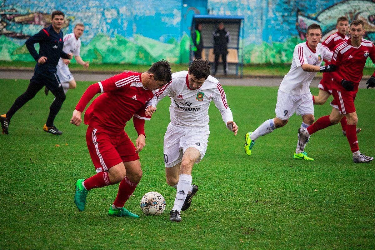 Антон Зеленевский (на дальнем плане) ждет паса от Ильи Кухарчика (с мячом).