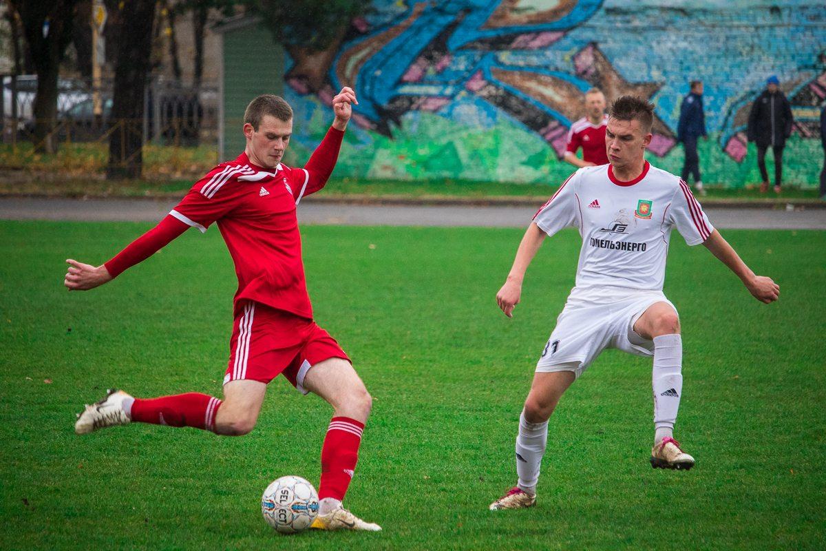 Артем Рапейко (с мячом).