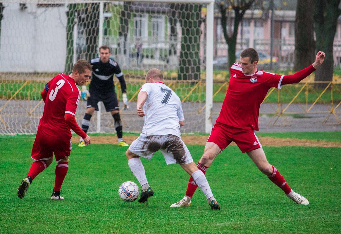 Денис Домашевич (№3) и Артем Рапейко пытаются остановить Кирилла Насановича (№7).
