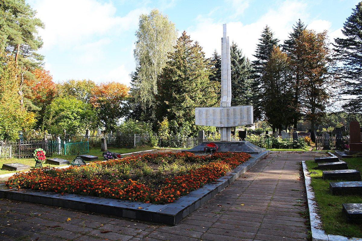 Братские и одиночные могилы советских воинов на старом православном кладбище. Фото: Евгений ТИХАНОВИЧ