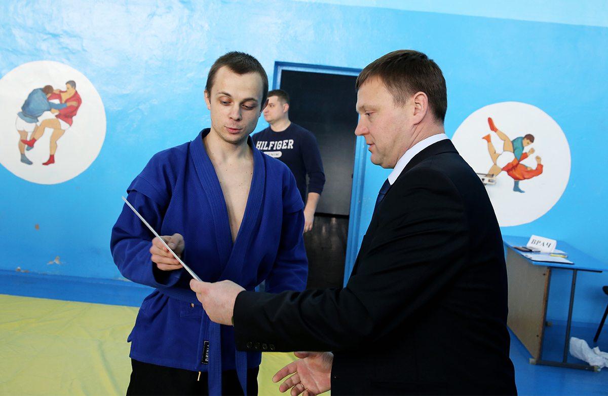 Награждение Андрея Абрамука, победителя в весовой категории до 62 кг.