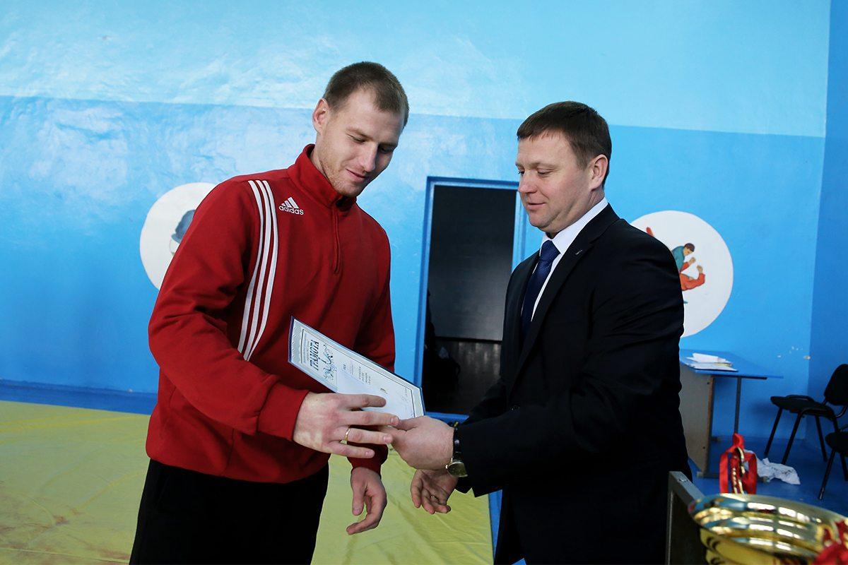 Награждение Александра Петлицкого, победителя в весовой категории до 90 кг.
