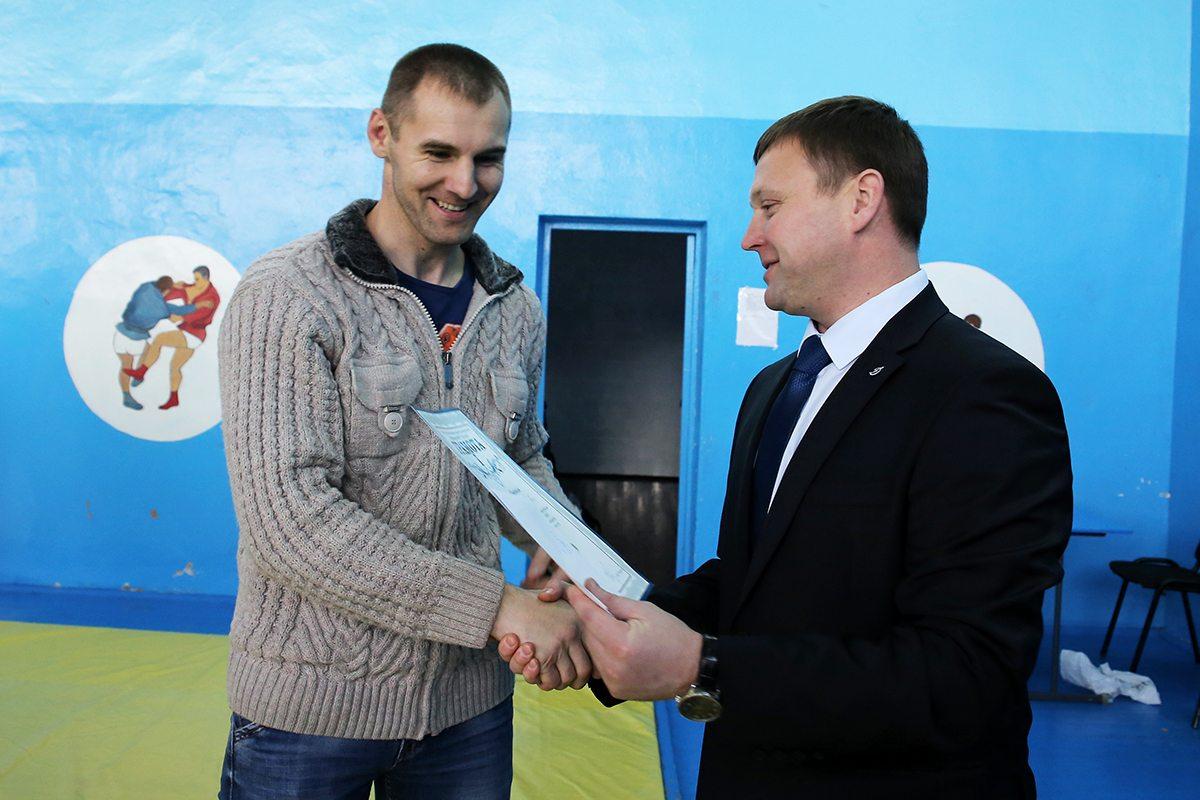 Награждение Валерия Плюто, победителя в весовой категории до 100 кг.