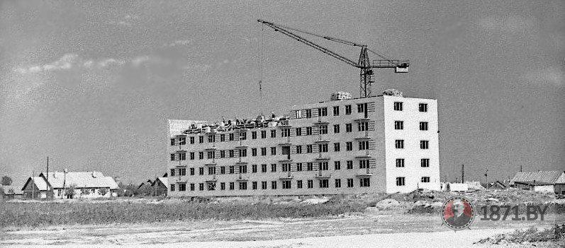 1963 год, улица Курчатова. Строительство первого многоэтажного дома в Южном микрорайоне.