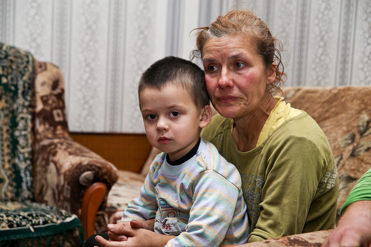 Людмила со слезами вспоминает тот день, когда произошел несчастный случай с ее мужем.