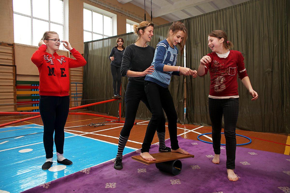 Патриция Кольбуш учит школьниц балансировать на катушках.