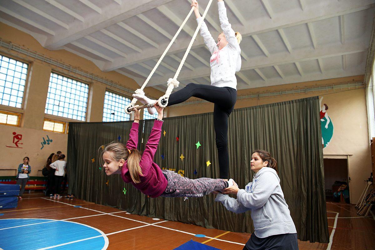 Антония Смиалек обучает воздушной акробатике.