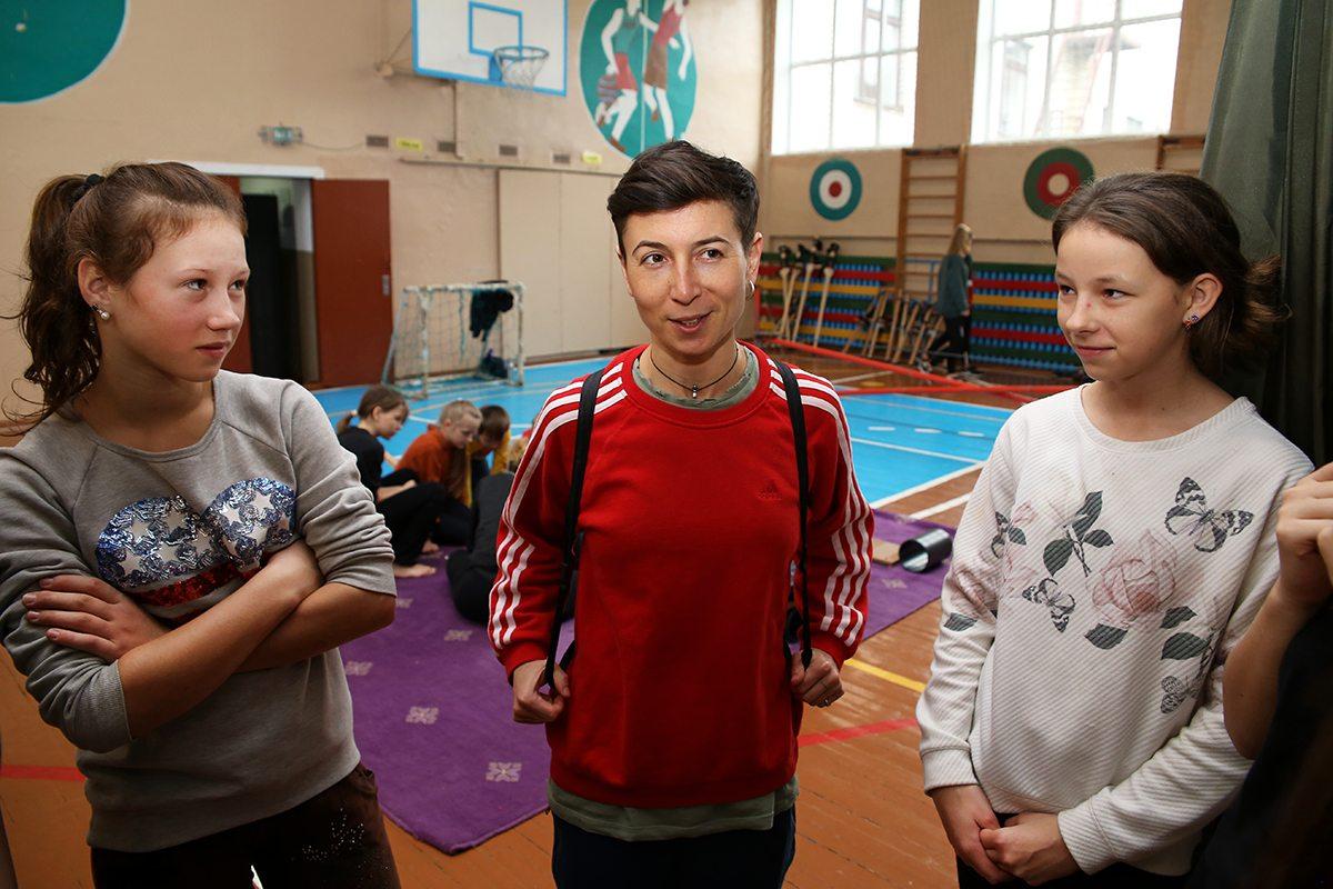 Тренер по цирковым дисциплинам Алена Шнар (в центре).