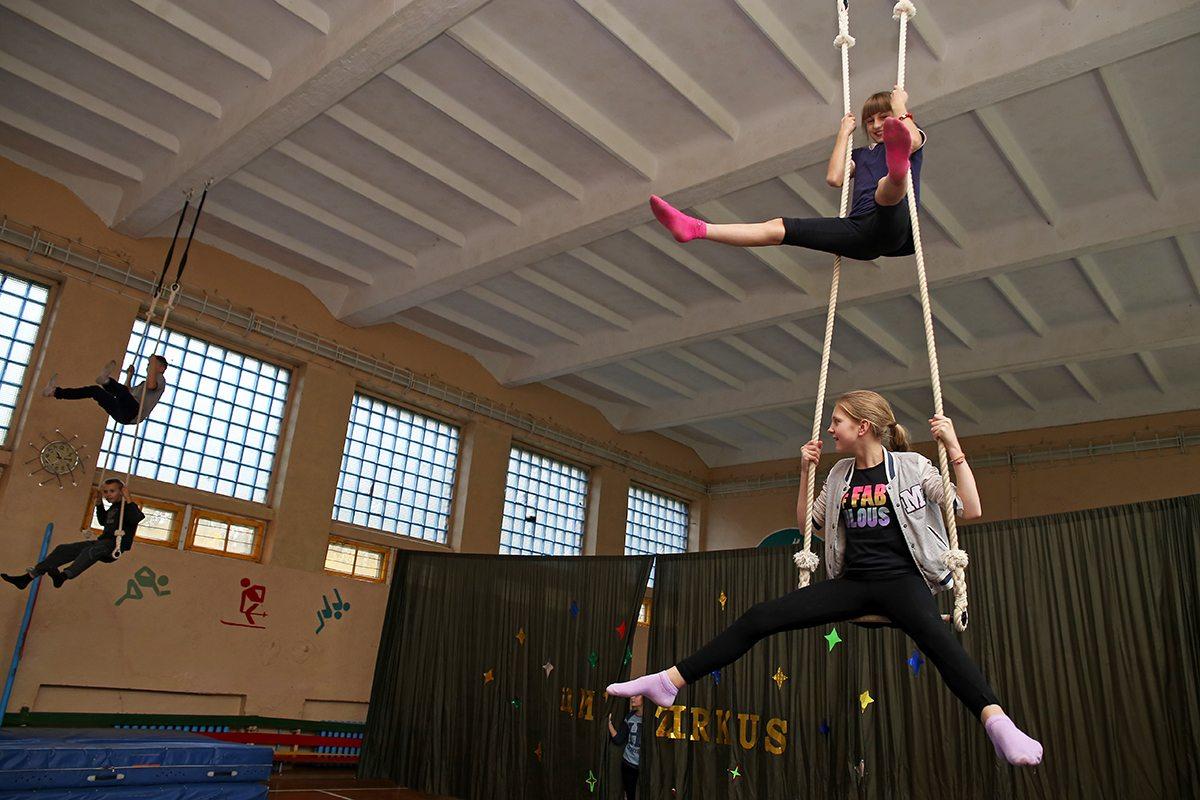 Школьники обучаются цирковому мастерству  под присмотром педагогов.