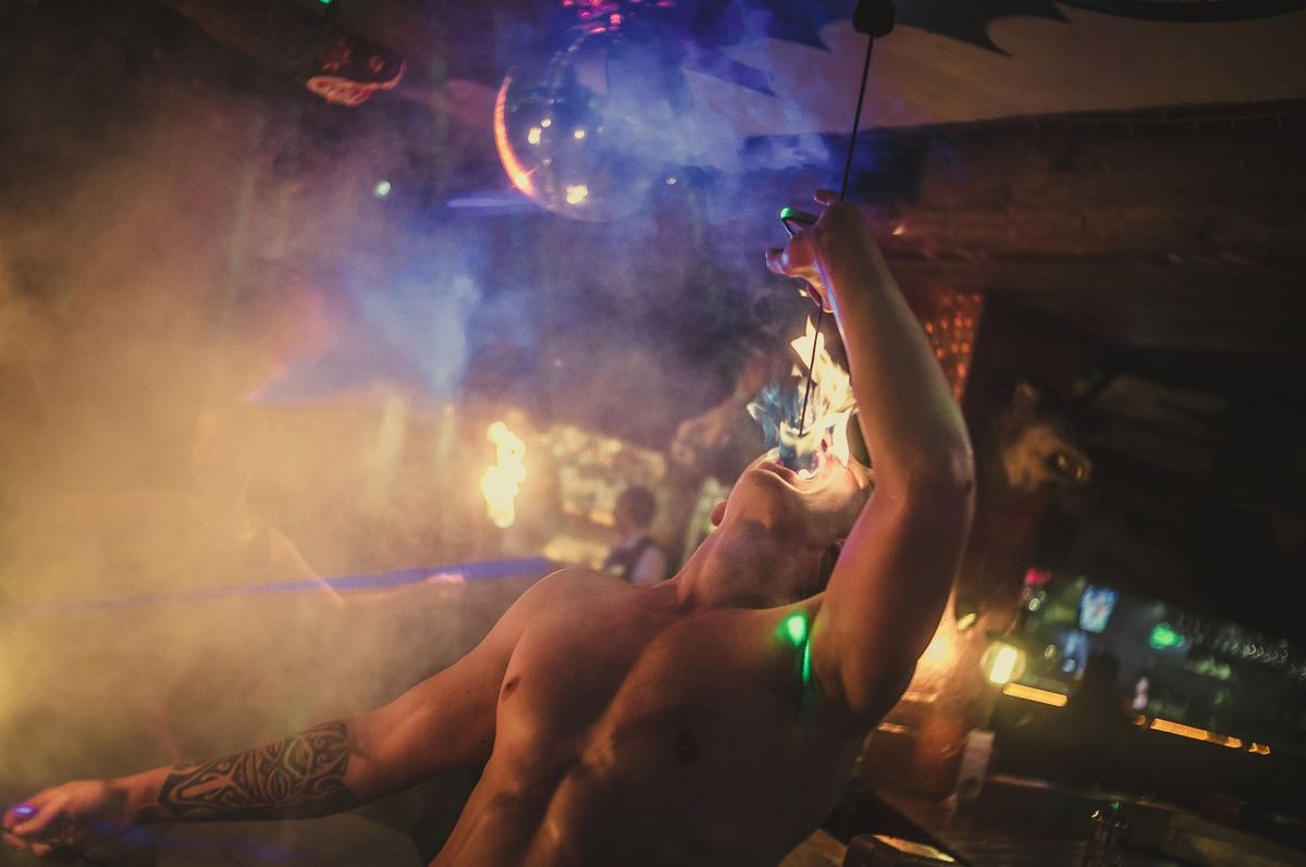 Андрей Черняк на одном из своих файер-шоу. Фото: https://vk.com/waidelott