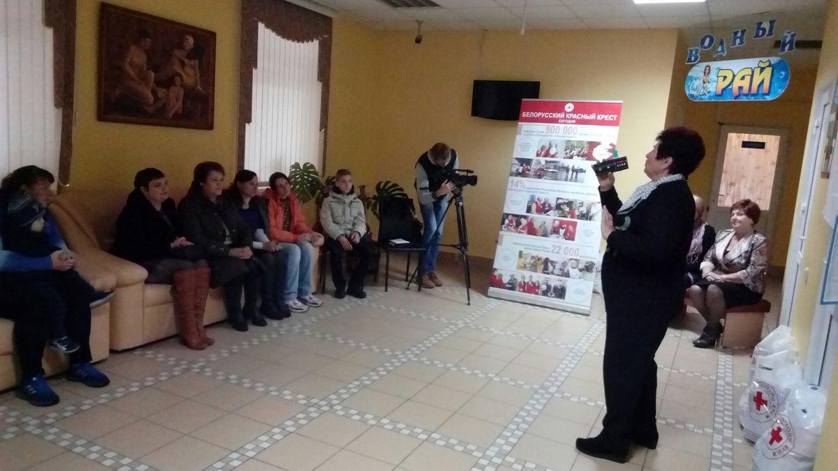 Волонтеры Барановичской организации Белорусского Общества Красного Креста спели песни и прочитали стихи многодетным матерям.