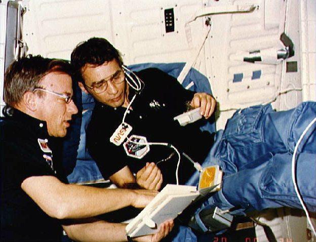 Пол Вейтц (слева) на STS-6 Фото: ru.wikipedia.org