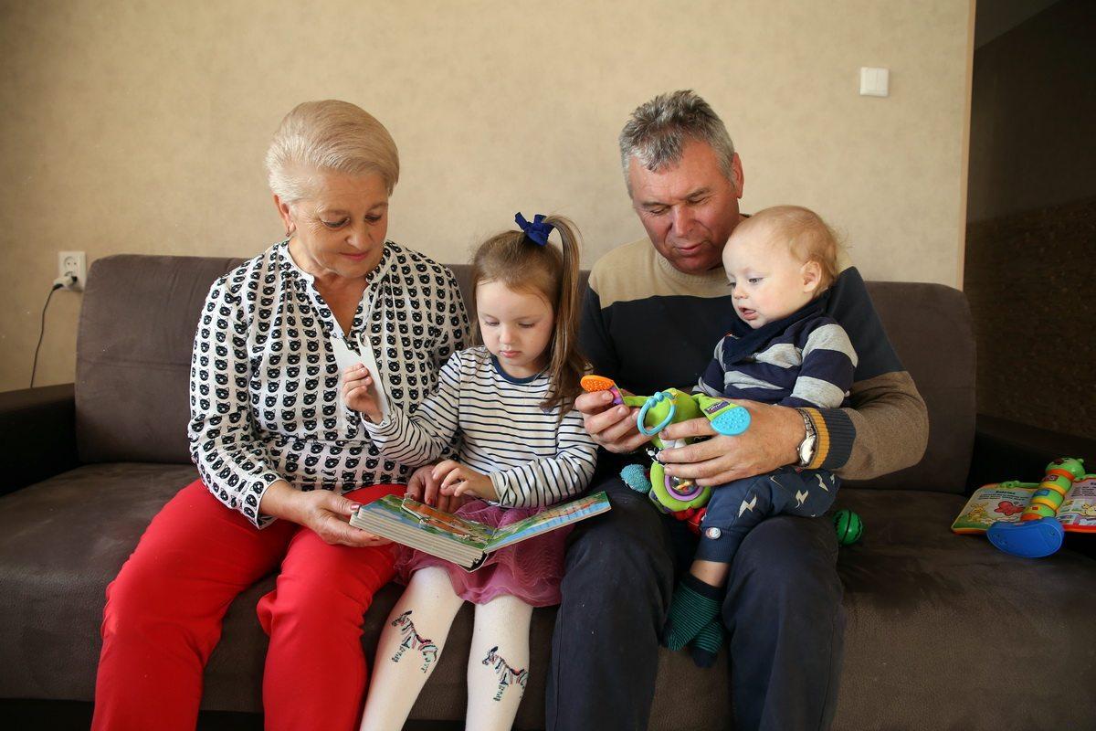 Елена и Владимир Лавреновы с внуками Катей и Андреем.