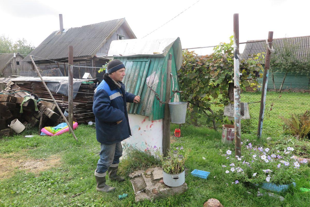 Житель Гирово Геннадий рассказывает, что воды в его колодце почти нет. Когда отключают электричество  и электронасос перестает работать, он вынужден ходить за водой к соседке