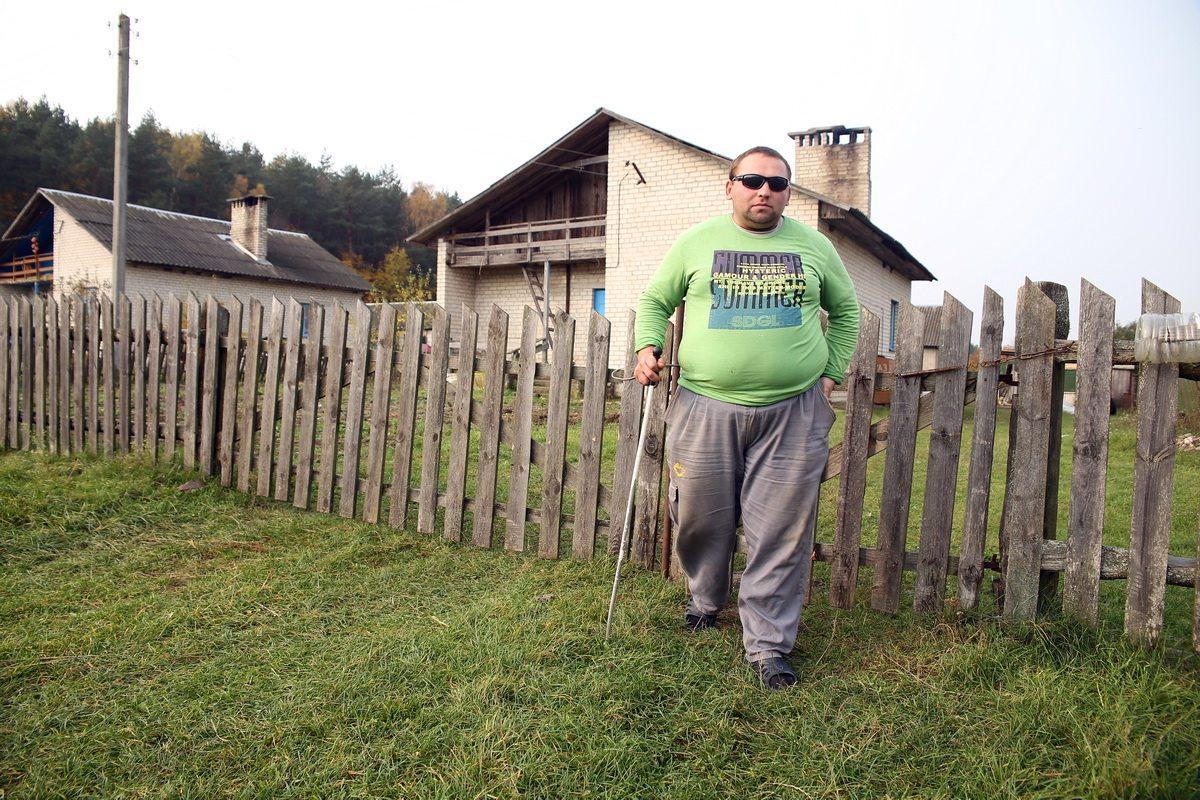 Анатолий полностью потерял зрение, но научился жить заново. Он может выполнять любую работу по хозяйству, в том числе чистить картошку. Фото: Евгений ТИХАНОВИЧ