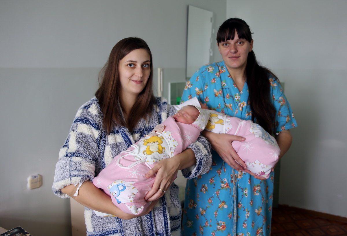 Светлана Мерефянская (справа) и Татьяна Шипило впервые стали мамами. У них родились дочки.