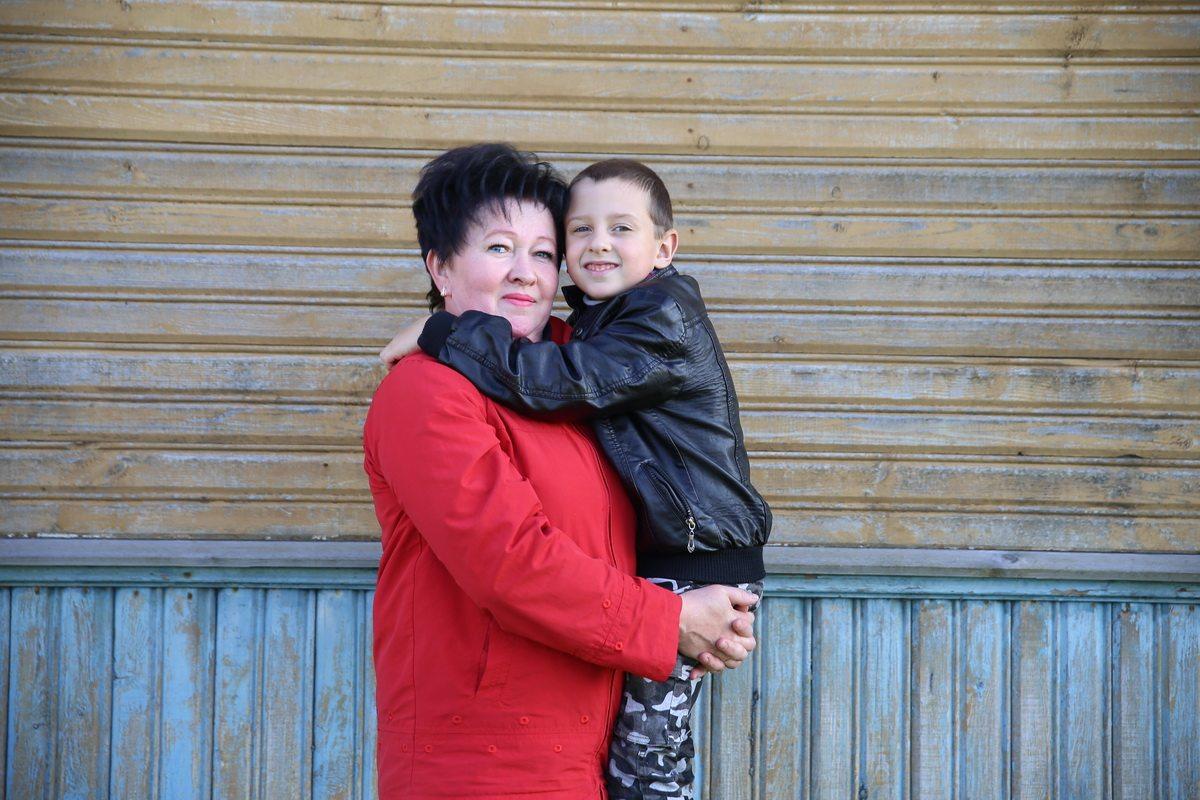 Наталья Смолик с внуком Арсением.