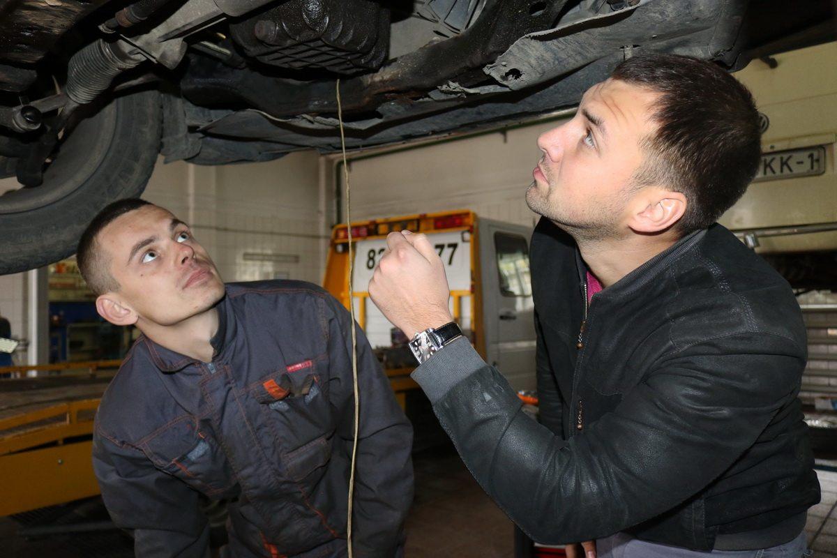 По словам Андрея  Петровича, он всегда лично контролирует работу автомехаников.