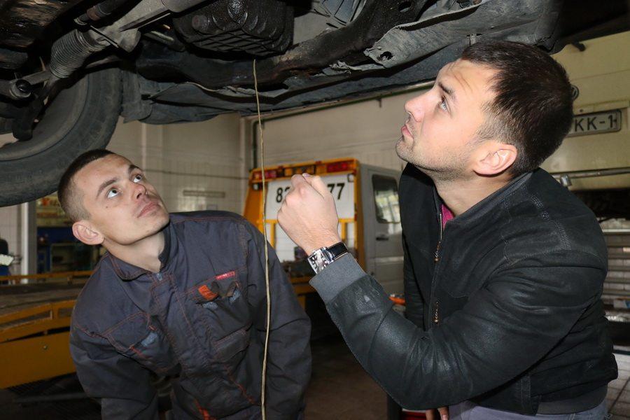 По словам Андрея Петровича, он всегда лично контролирует работу у автомехаников. Фото: Александр ЧЕРНЫЙ.