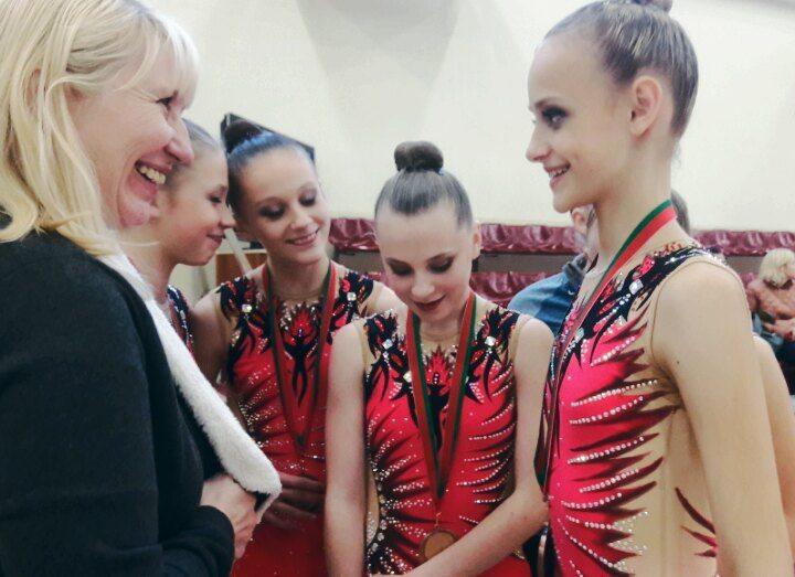 Девушки делятся радостью со своей наставницей Светланой Панкратьевой - старшим тренером по художественной гимнастике СДЮШОР №3.