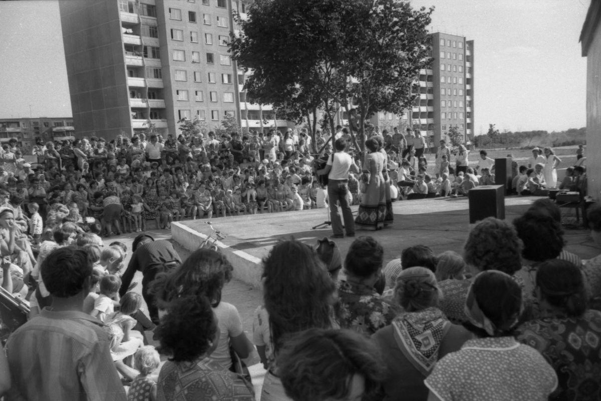 8 августа 1981 года. Выступление участников художественной самодеятельности строителей на агитплощадке Южного микрорайона. Фото предоставлено Барановичским краеведческим музеем