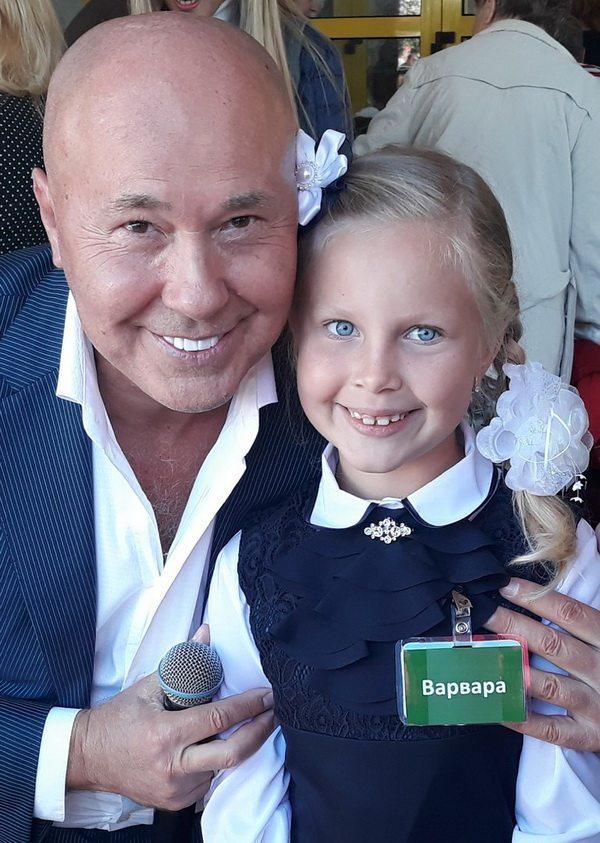 Александр Солодуха с дочерью  Варварой на линейке в Минской  школе №25.