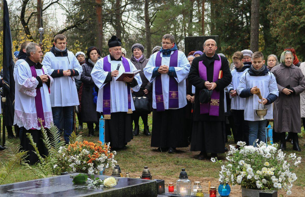 С приветственной речью выступил отец Валентин из Костела Воздвижения Святого Креста.
