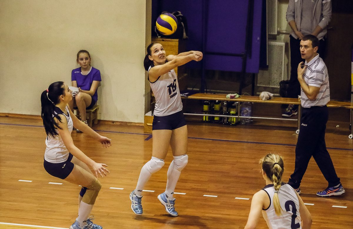 Ольга Нечаева (№10) принимает мяч.