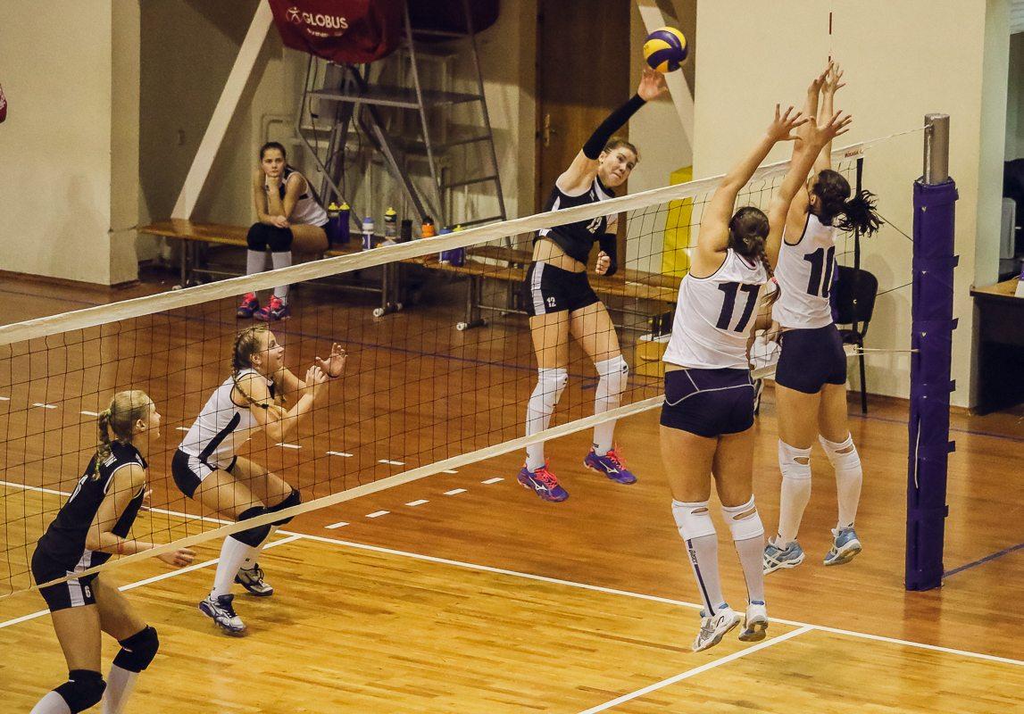 Виктория Панасик (№17) и Ольга Нечаева (№10) пытаются заблокировать атаку соперниц.