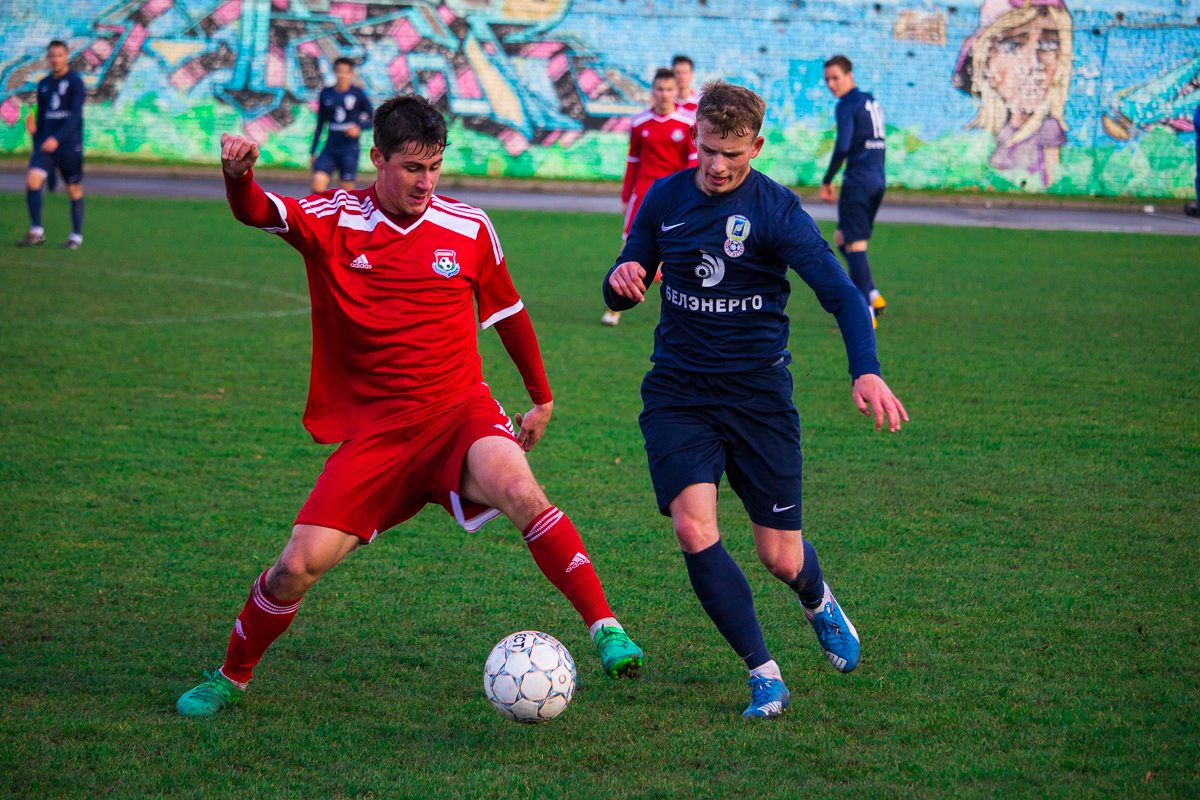 Илья Кухарчик (слева) обыгрывает соперника.