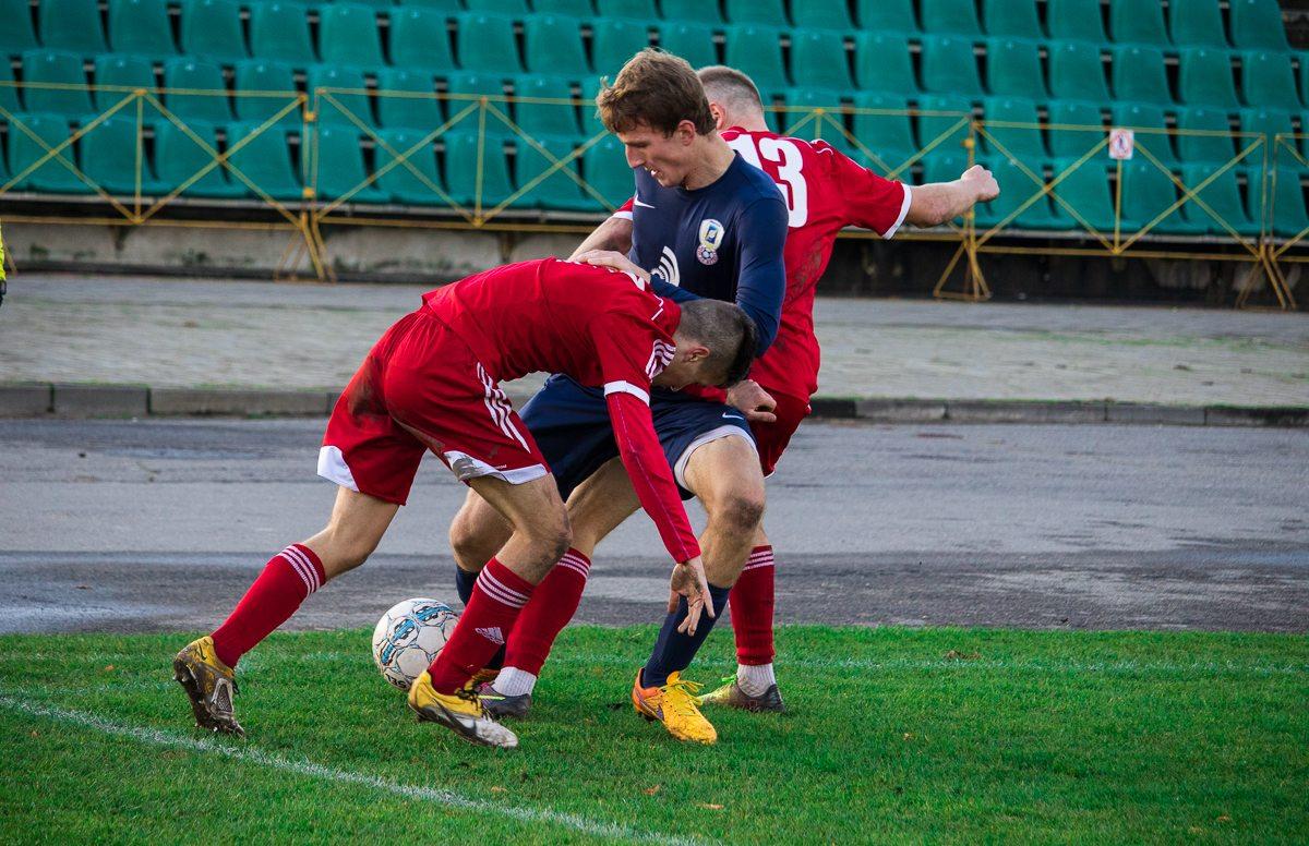 Иван Водопьян (справа в красной форме) и Артем Кислый противостоят сопернику.