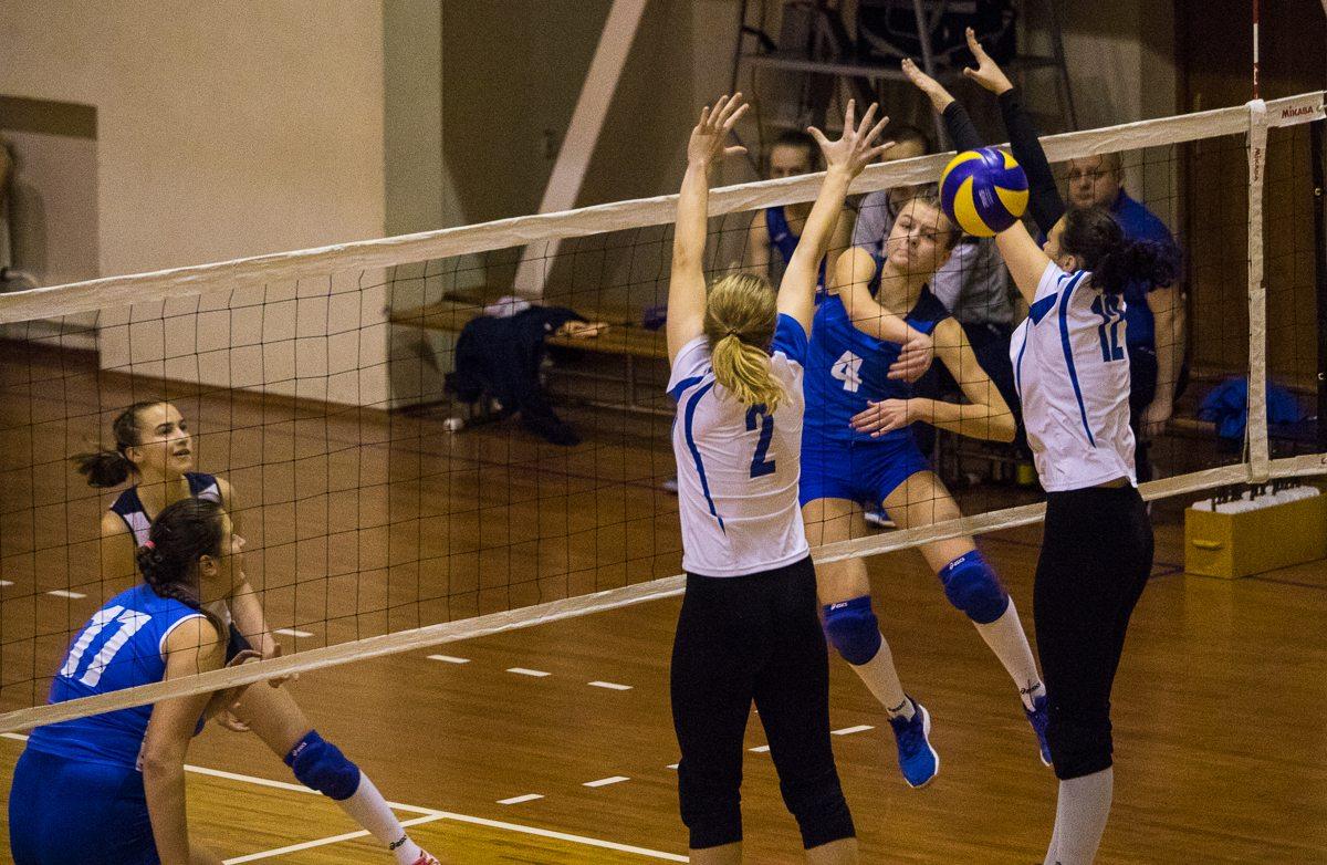Анна Перминова (в синей форме) пробивает блок гродненчанок.