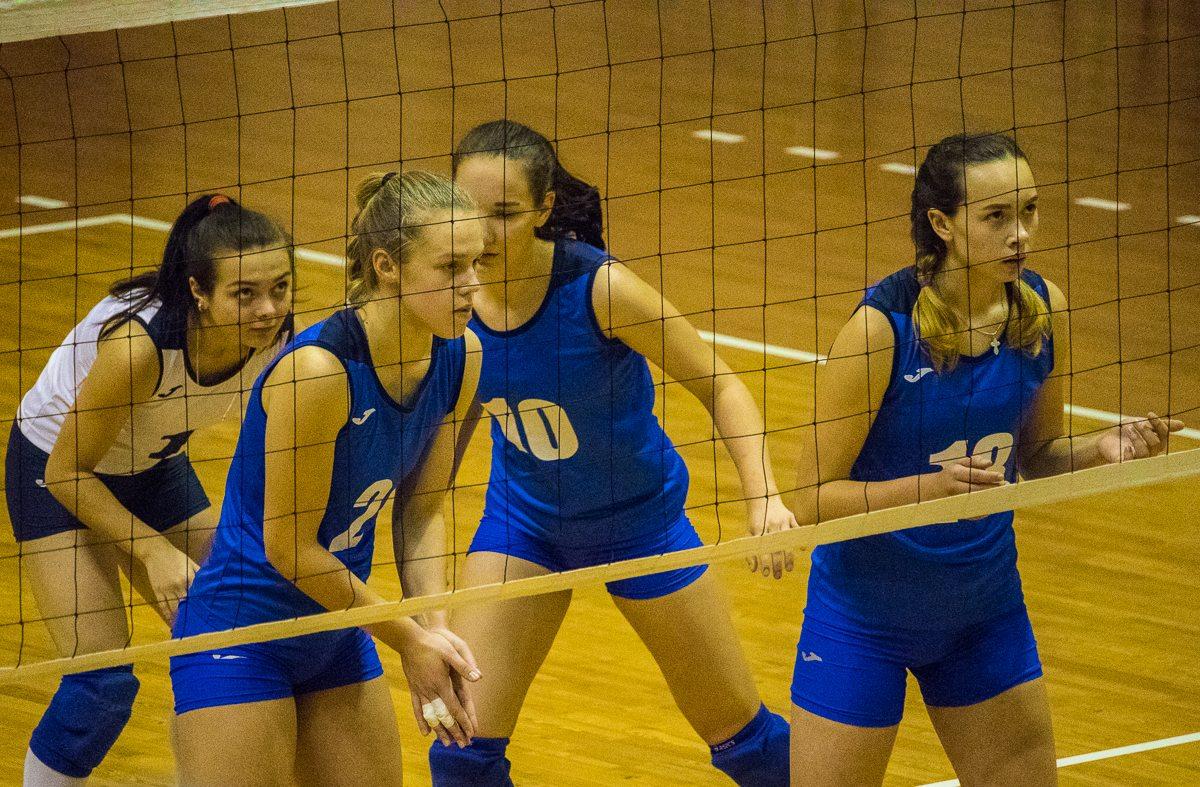 Перед подачей соперниц. Юлия Потоцкая (в белой форме), Ирина Муха, Алена Нечаева, Лада Новик (слева направо).