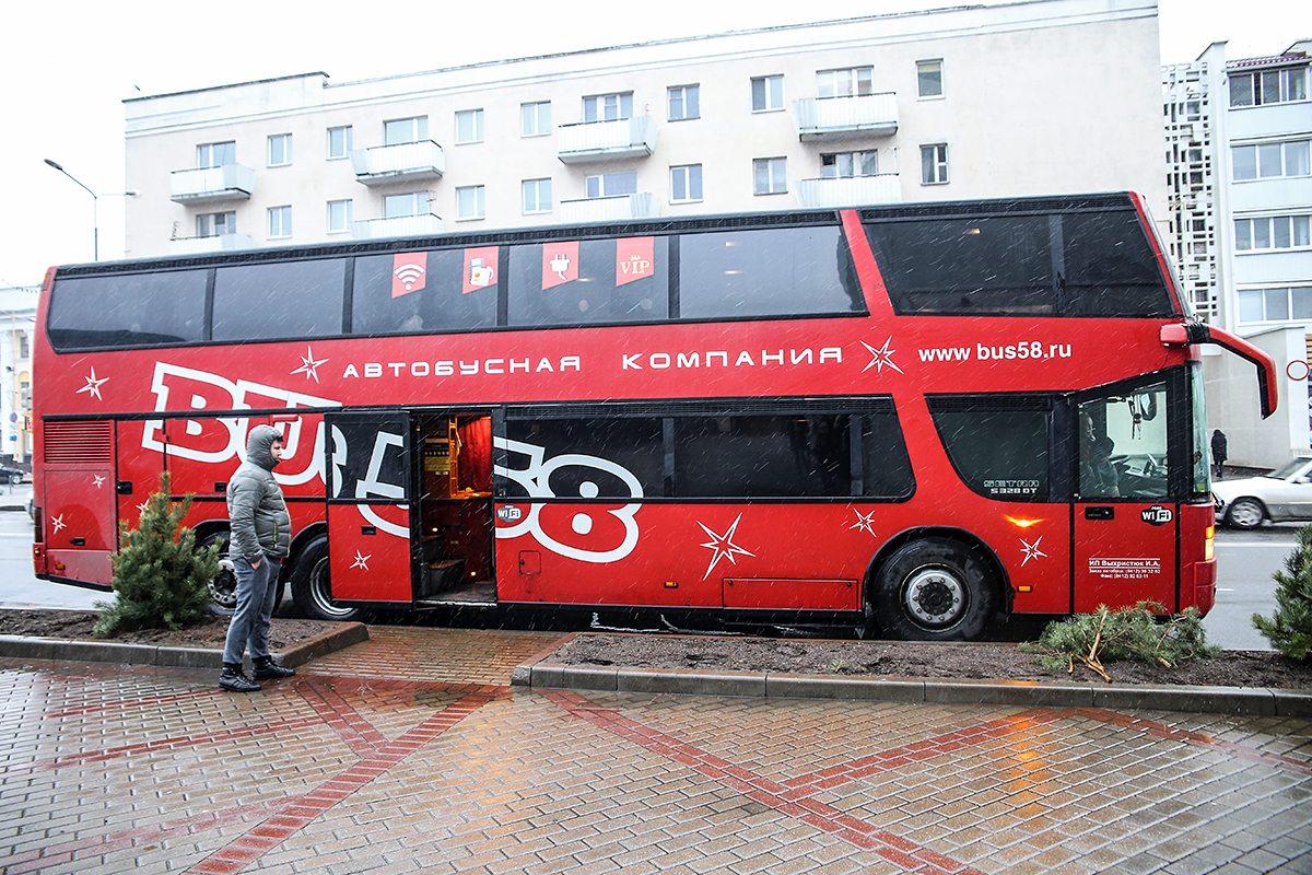 Автобус, в котором приехали участники группы.
