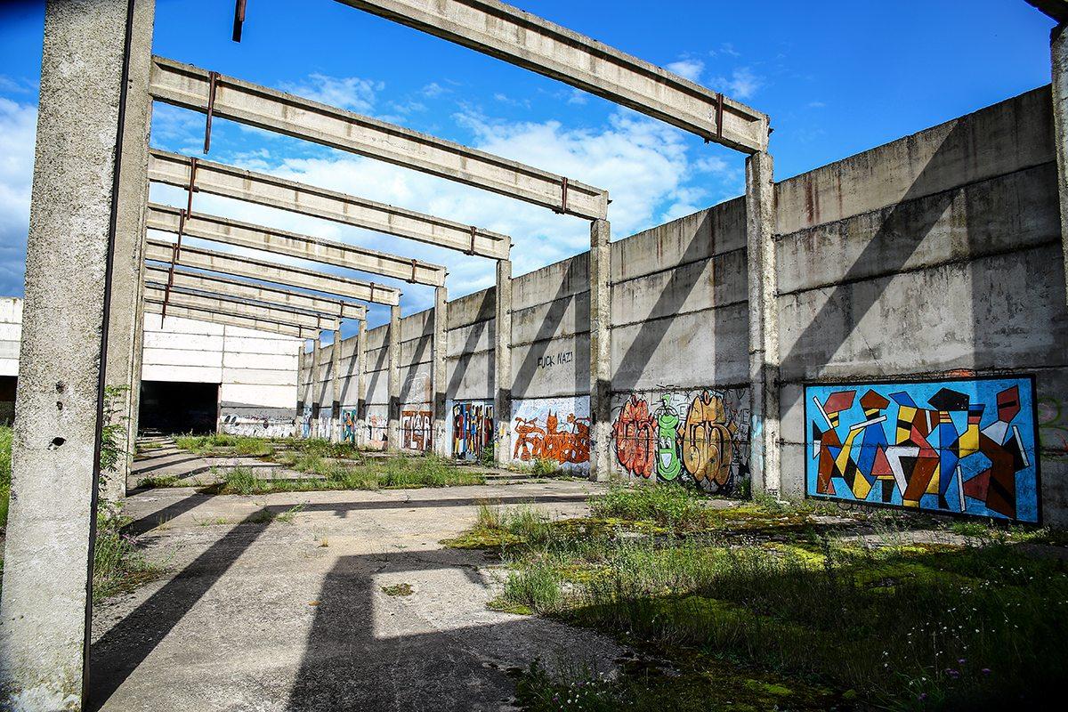 Стены недостроя разрисованы граффити. Фото: Евгений ТИХАНОВИЧ