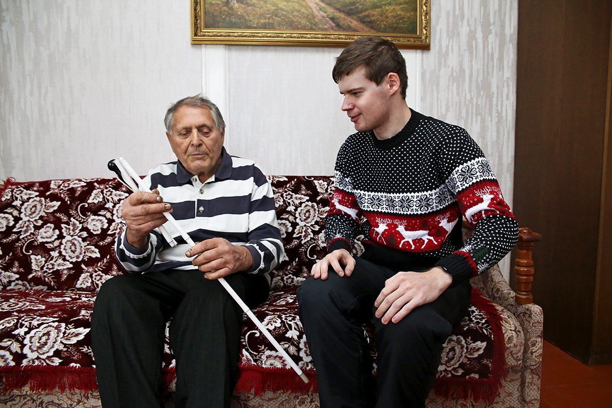 Дмитрий Уваров рассказывает Георгию Николаевичу, инвалиду 1-й группы по зрению, как пользоваться тростью. Фото: Евгений ТИХАНОВИЧ