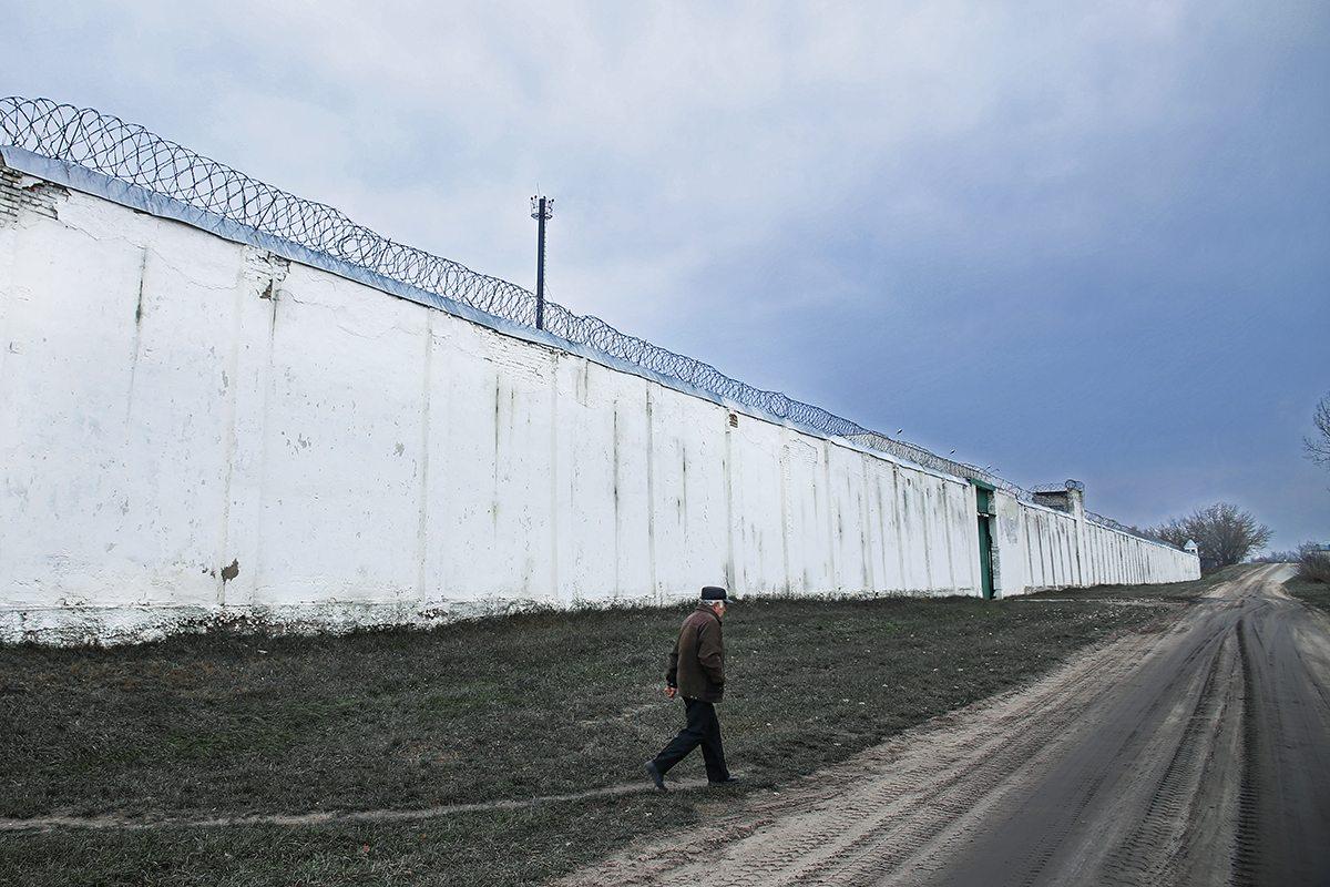 Ноябрь 2017 года. СИЗО-6 огражден огромным забором. Фото: Евгений ТИХАНОВИЧ