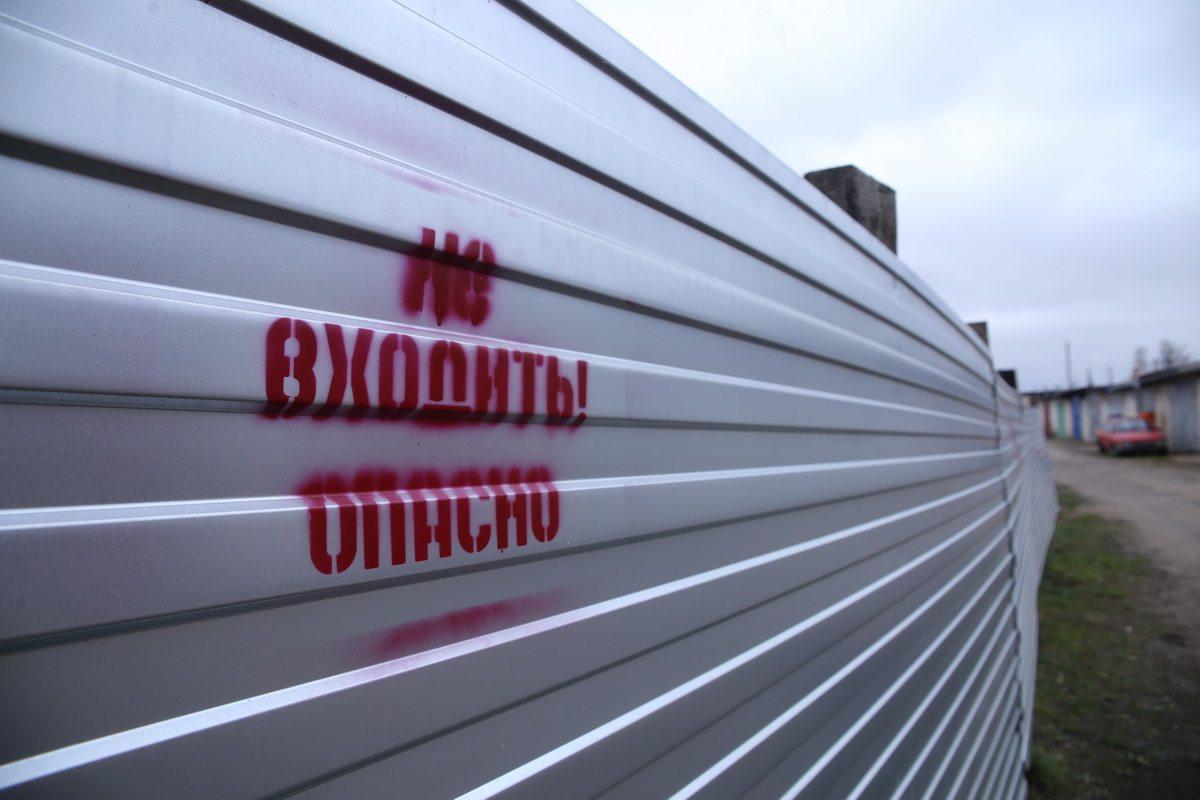 Территория стройки, где  8 июля от взрыва баллона пострадали дети, сегодня обнесена высоким забором.  Фото: Евгений Тиханович