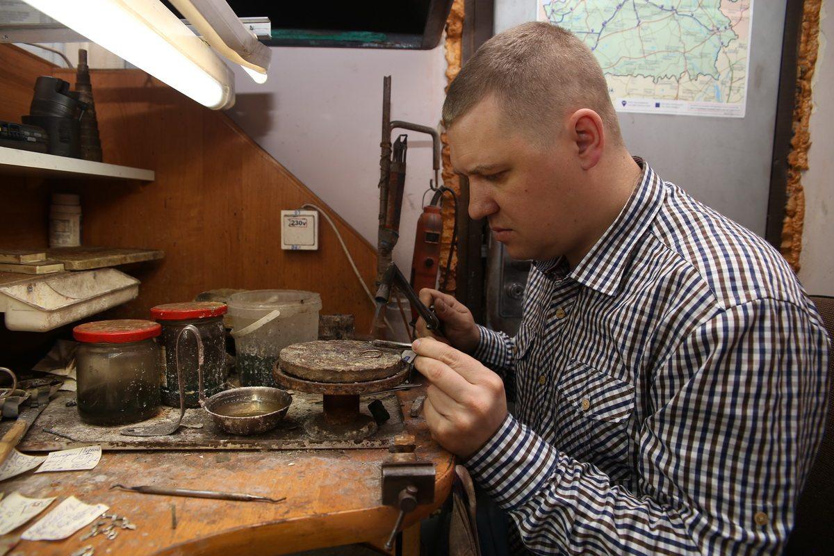 Сергей Гаранин вставляет камень в кольцо. Фото: Евгений ТИХАНОВИЧ