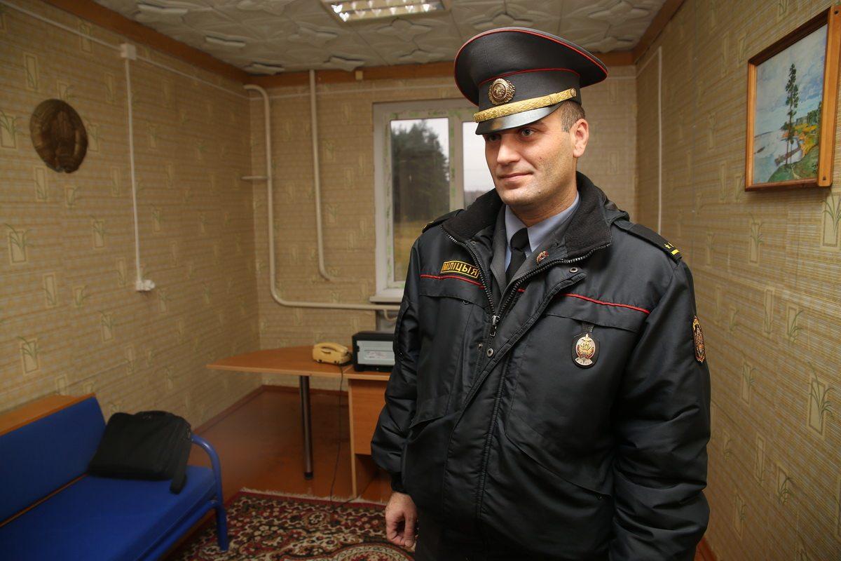 Дмитрий Чернявский участковый инспектор в Барановичском районе. Фото: Евгений ТИХАНОВИЧ
