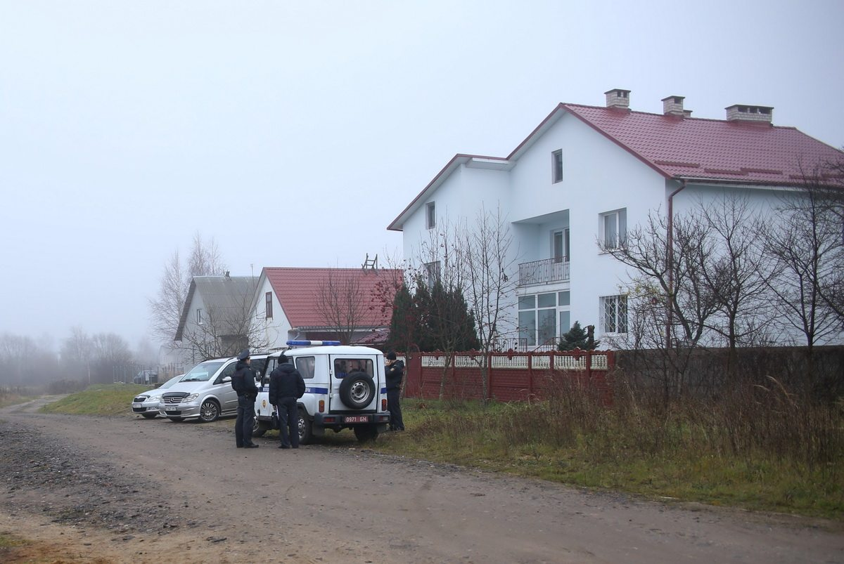Сотрудники милиции около дома, по соседству с которым произошло нападение.