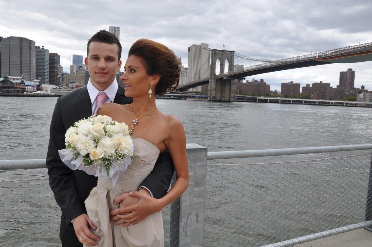 10 сентября 2010 года. Алла Черная с мужем Валерием в день свадьбы недалеко от Brooklyn bridge в Нью-Йорке. Фото: личный архив Аллы Черной