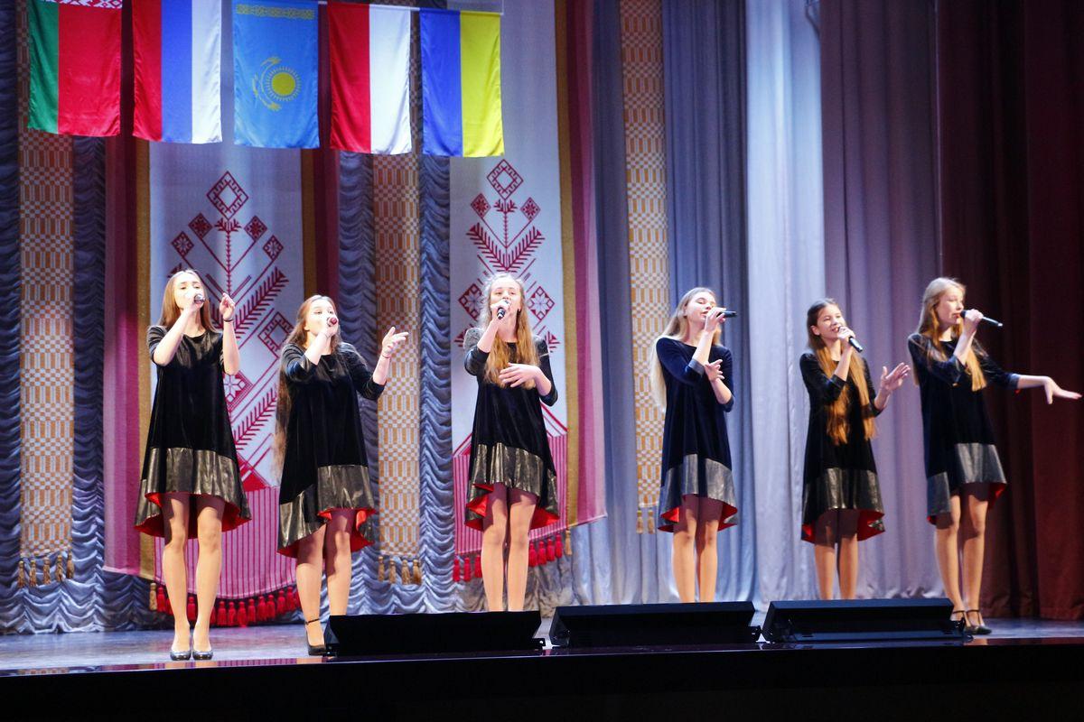 Выступление вокальной группы «Блакiт».