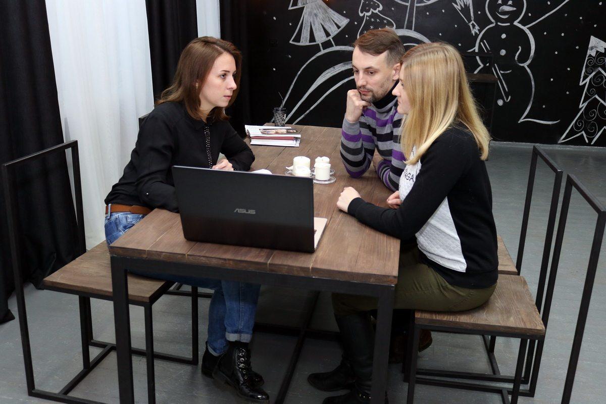 Оксана Лежень (слева) с будущими молодоженами. Фото: Александр ЧЕРНЫЙ