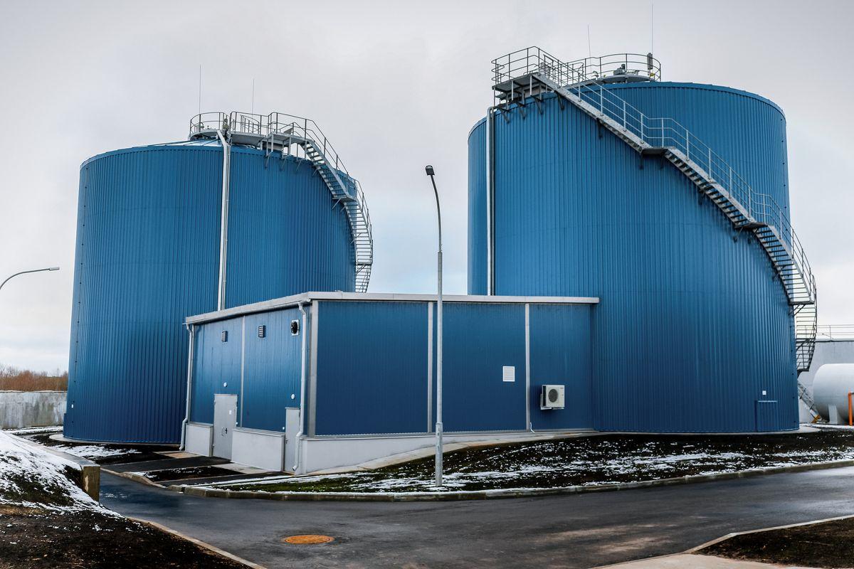 Машинное здание и метантенки биогазового комплекса. Чтобы подняться на верх метантенка, надо пройти 100 ступенек. Операторы поднимаются туда минимум два раза в сутки, чтобы контролировать процесс брожения илового осадка.